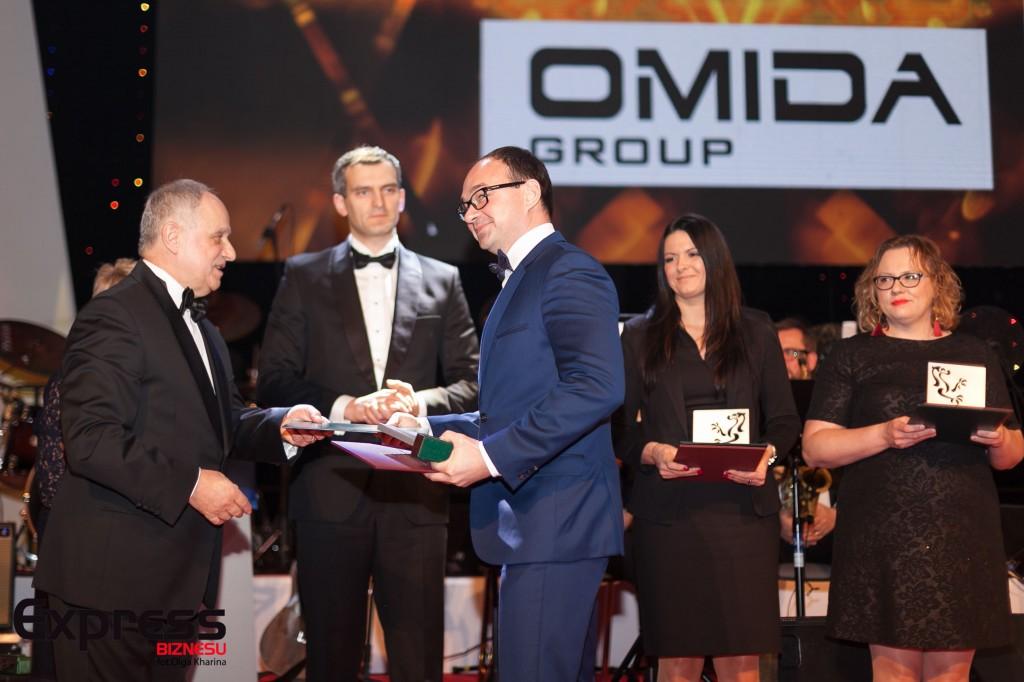 """Prezes Omida S.A. (w środku) odbiera wyróżnienie z rąk Prezesa """"PP"""" Jerzego Jerkiewicza /fot. Express Biznesu"""