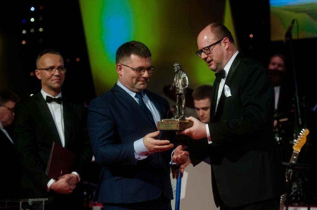 Prezes Fundacji Innowacji Społecznej Piotr Wróblewski (z lewej) odbiera statuetkę z rąk Prezydenta Miasta Gdańska Pawła Adamowicza / fot. Kosycarz Foto Press