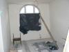 W pomieszczeniach poddasza wykonuje się prace wykończeniowe wraz z naprawą okien