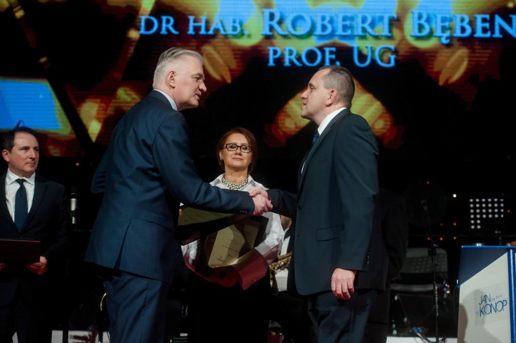 Dr hab. Robert Bęben, Prof. UG (z prawej), otrzymuje wyróżnienie z rąk Wicepremiera Jarosława Gowina / fot. Kosycarz Foto Press